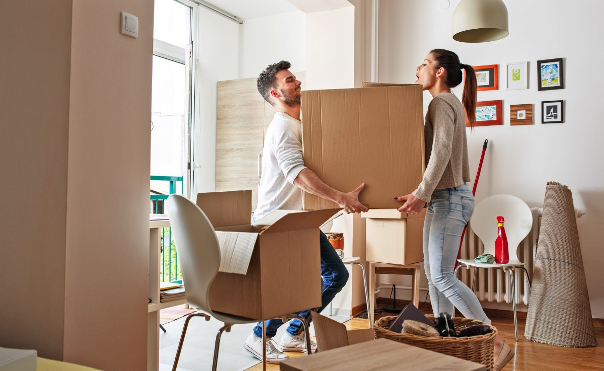 moving couple for buying and selling a house at the same time
